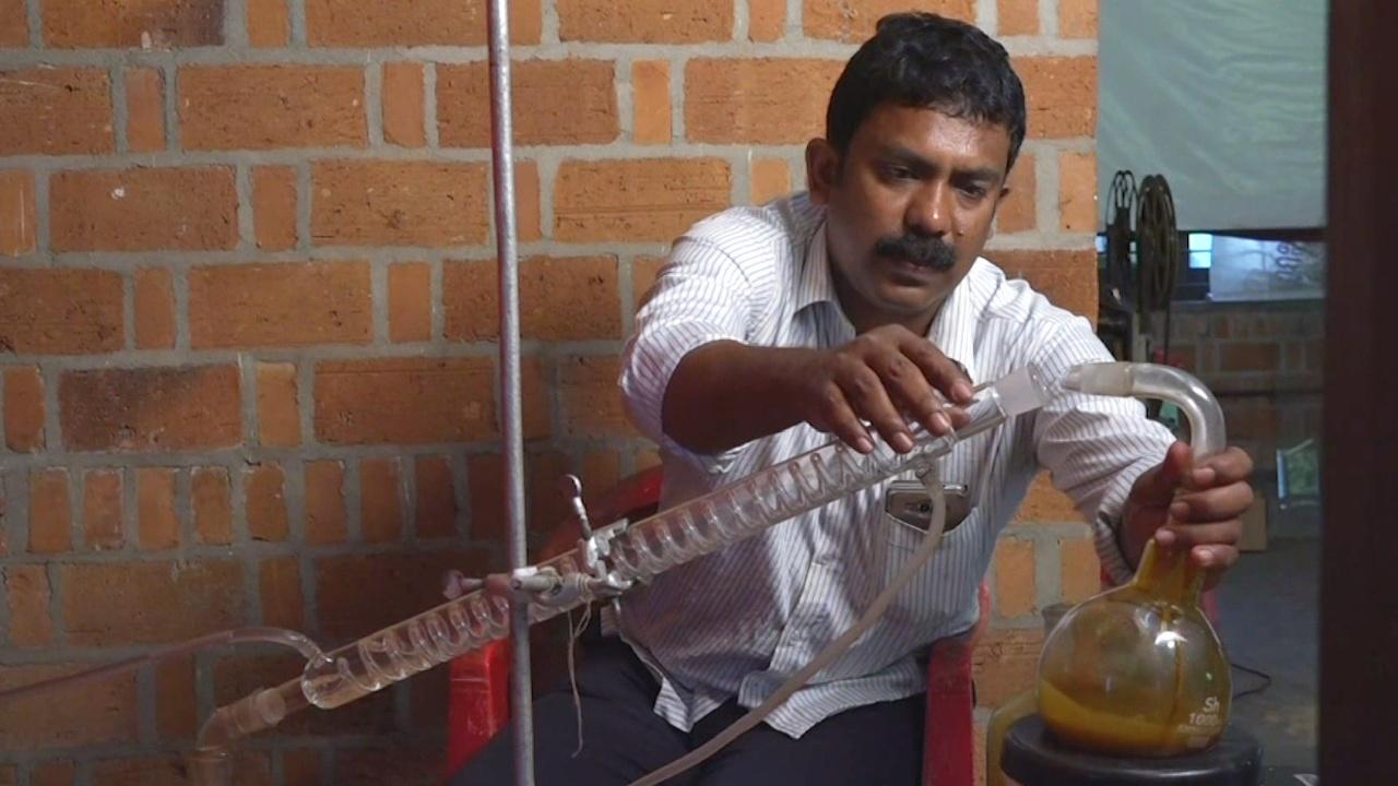 Изобретатель получает топливо из пластиковых отходов