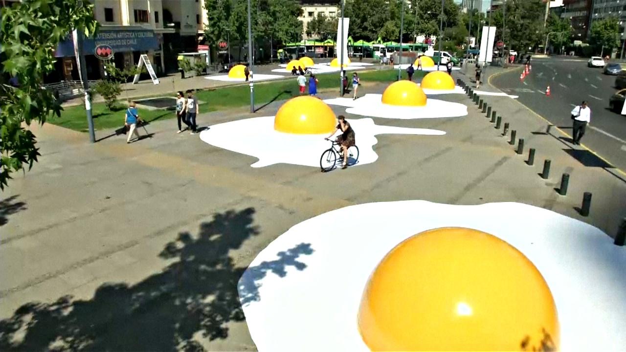 Центр Сантьяго украсила гигантская яичница