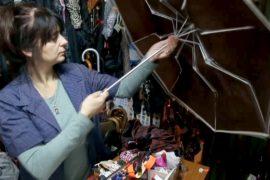 Семейный бизнес: сербка ремонтирует зонтики