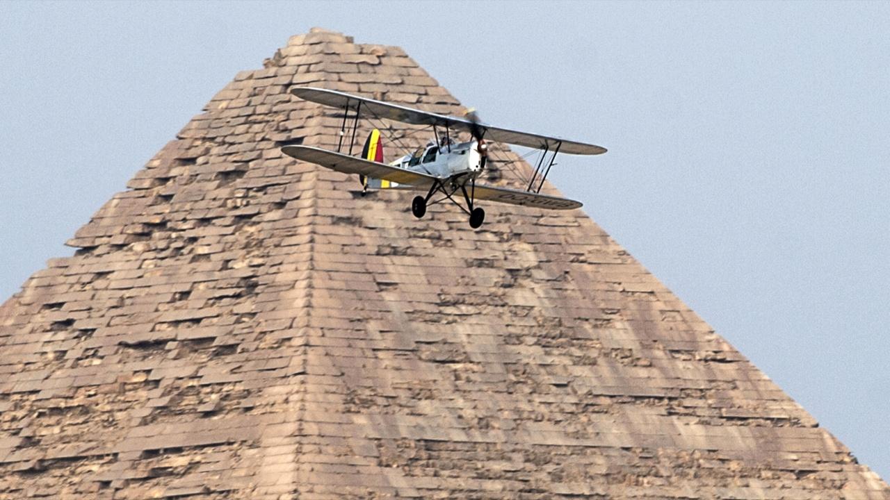 Биплан 30-х годов приземлился рядом с пирамидами Гизы