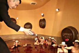 Японцы купаются в вине в честь праздника божоле-нуво