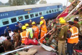 Жертв крушения поезда в Индии — уже 128