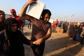 Жители Мосула получают продовольственную помощь