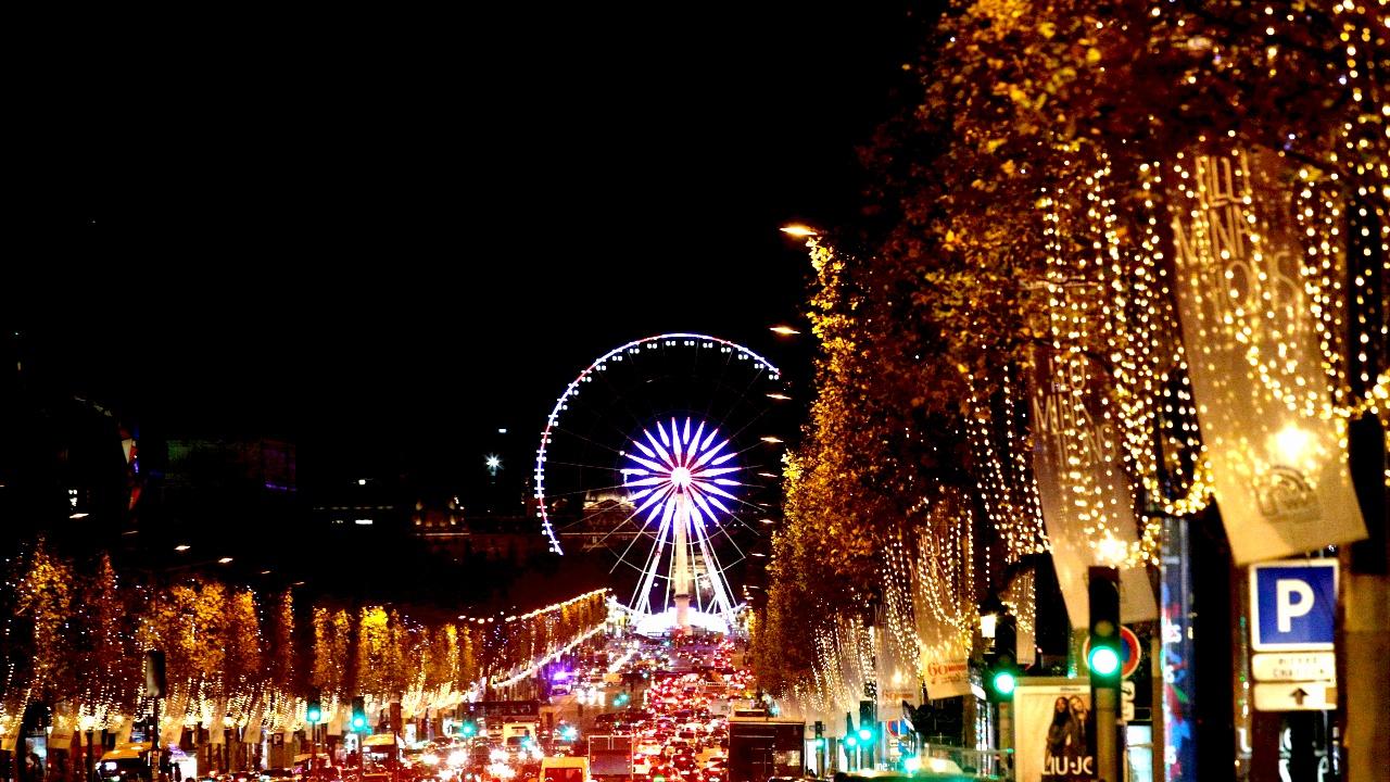 Рождественские огни украсили Париж и Берлин