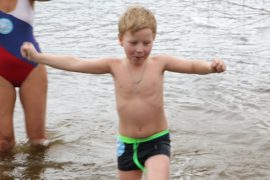 Дети закаляются в ледяной воде в Москве-реке