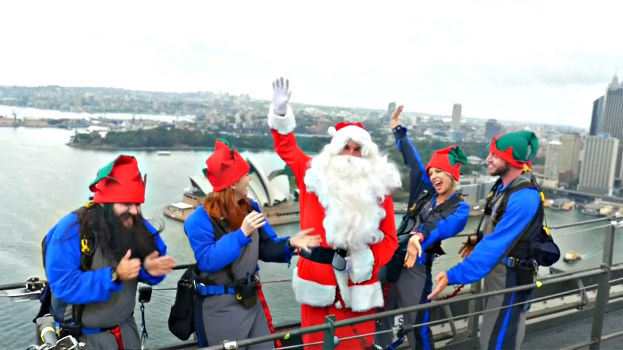 Санта с эльфами забрались на вершину моста Харбор-Бридж