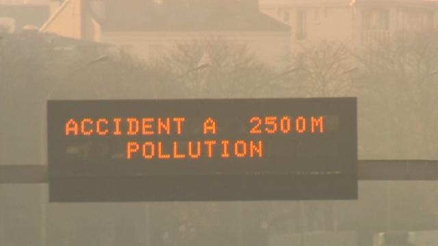 Парижан пересаживают на метро из-за смога
