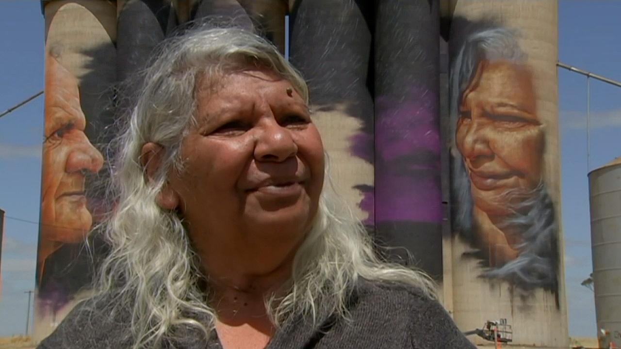 На гигантских элеваторах появились лица аборигенов