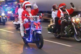 Берлинские байкеры нарядились Санта-Клаусами
