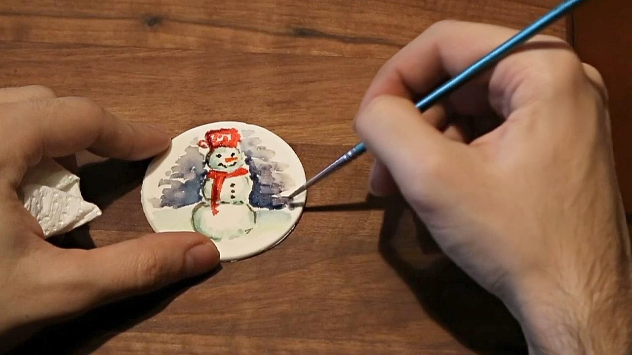 Сербский студент делает выпечку, а потом на ней рисует