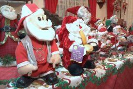 Филиппинка собрала у себя дома тысячи Санта-Клаусов