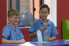 Переворачивание бутылки в Австралии используют для обучения