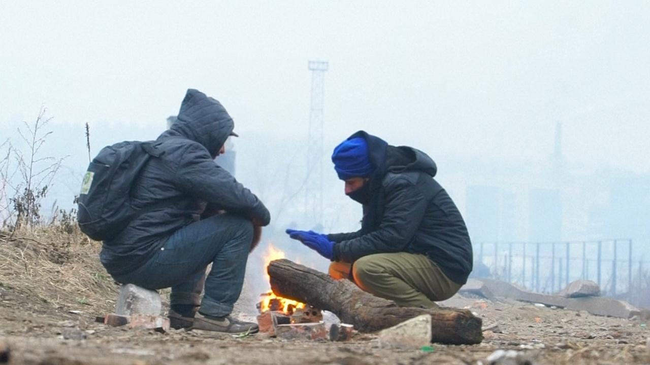 Беженцы в Белграде замерзают на заброшенных складах