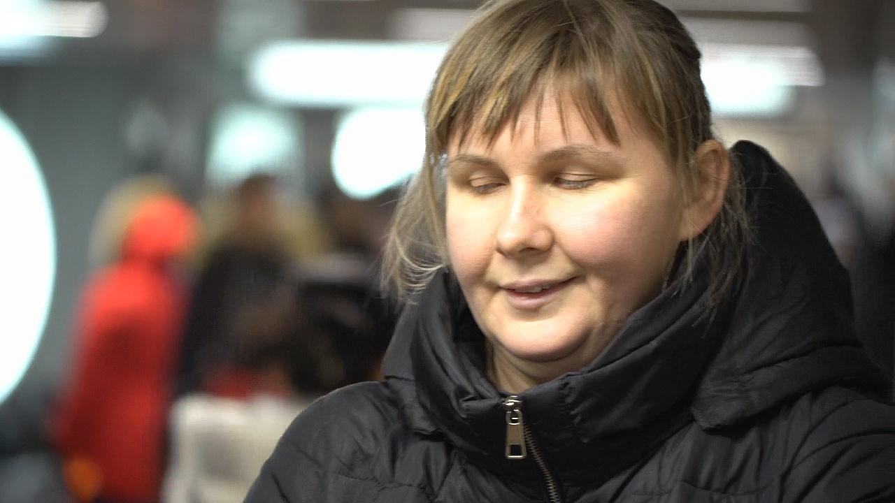 Слепая певица выступает на улице и получает третье образование