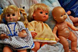 Кукол в Колумбии чинят в клинике для игрушек