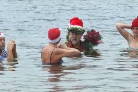 Берлинцы отметили Рождество купанием в озере
