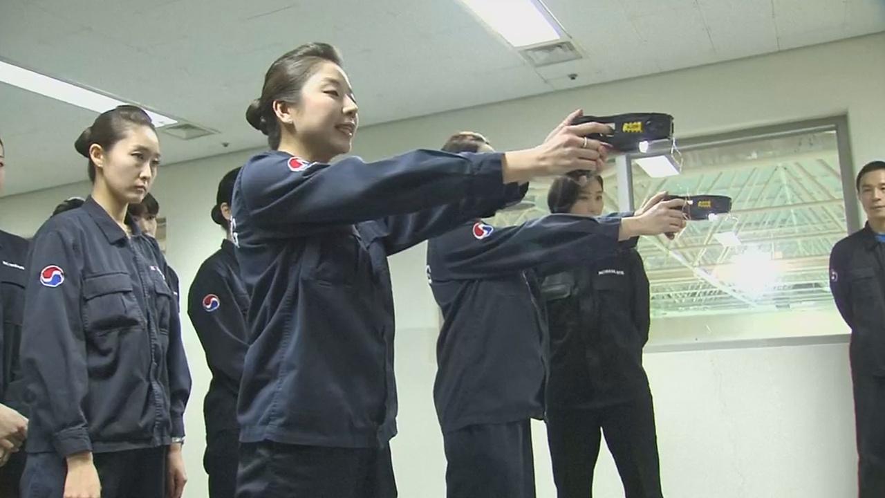 Усмирять дебоширов в самолётах Korean Air будут электрошокерами