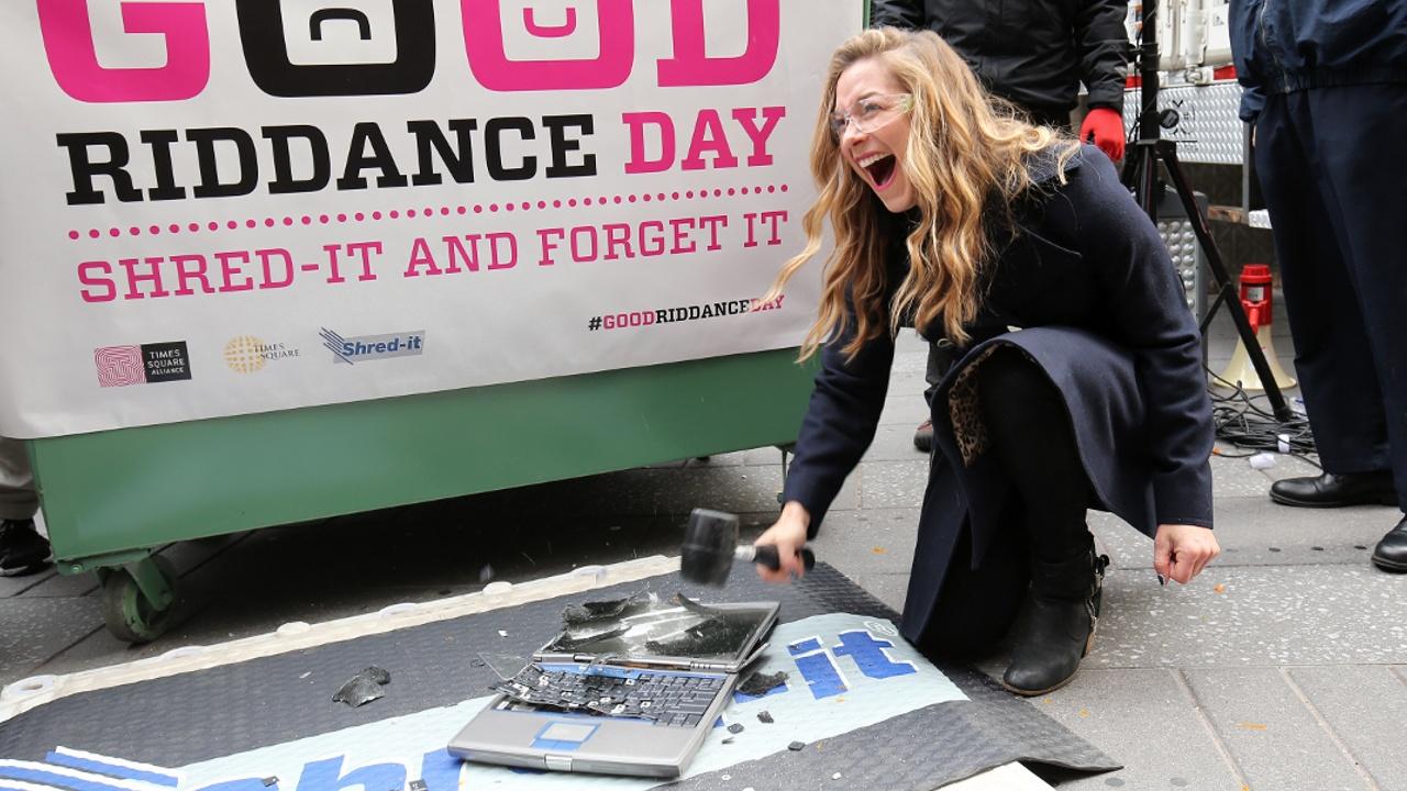 На Таймс-сквер кромсают плохие воспоминания 2016 года