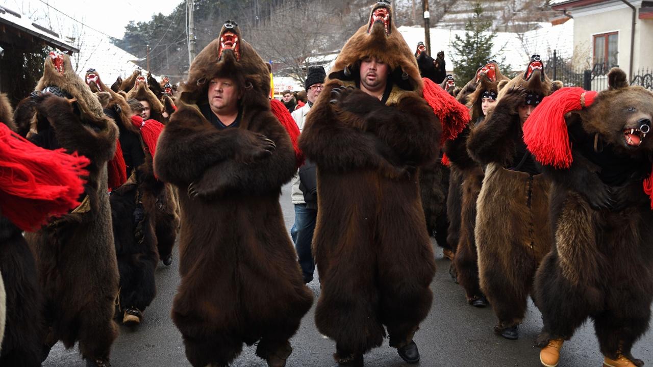 Танцами в медвежьих шкурах встретили румыны Новый год