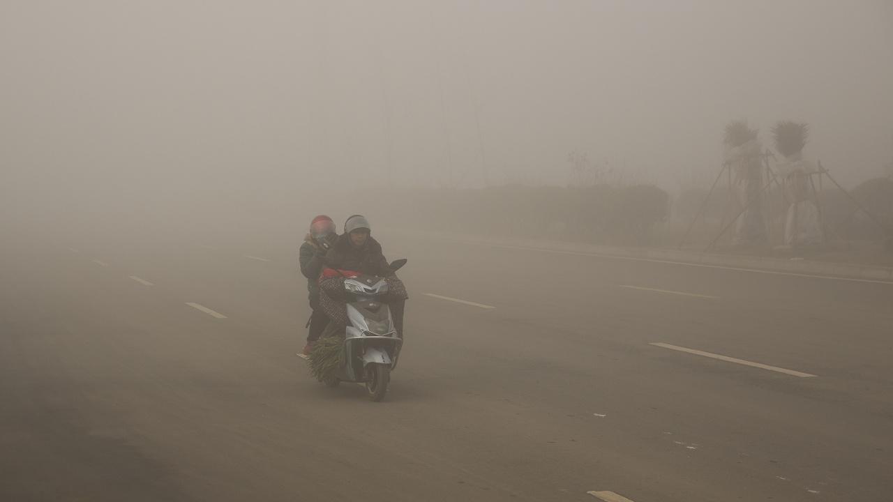 Густой смог продолжает окутывать север и центр Китая