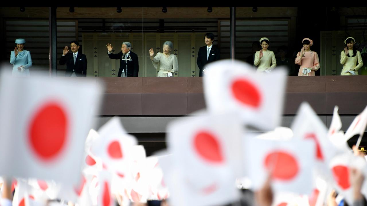 Япония: ко дворцу императора пришли 100 000 подданных