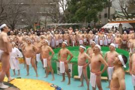 100 японцев приняли целебную ледяную ванну