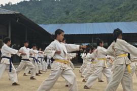 Девушки народа качин учатся каратэ для самозащиты