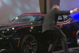 Детройтский автосалон: селфи за рулём роскошного авто