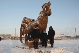 Скульптор из Якутии сделал символ Нового года из навоза