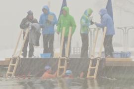 В Баварии соревновались в заплыве в ледяном озере