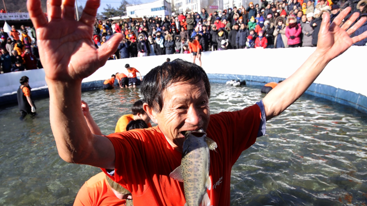 Фестиваль зимней рыбалки проходит в Южной Корее