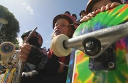 Юные австралийски осваивают скейтборд
