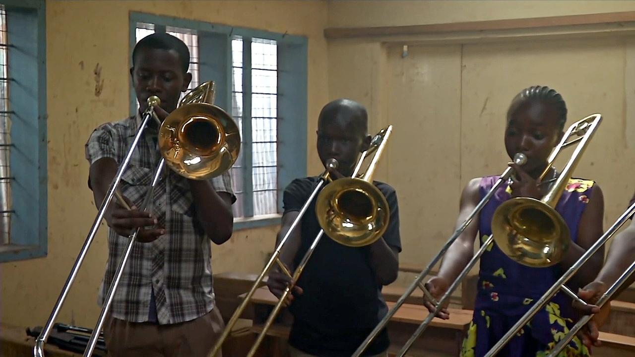 Оркестр в трущобах спасает детей от преступности