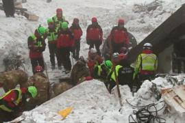Поиски в разрушенном лавиной отеле в Италии продолжаются