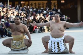 В Японии приветствуют первого за 19 лет японца-чемпиона сумо