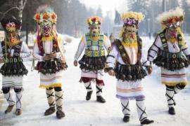 Маски и звон колокольчиков украсили фестиваль в Болгарии