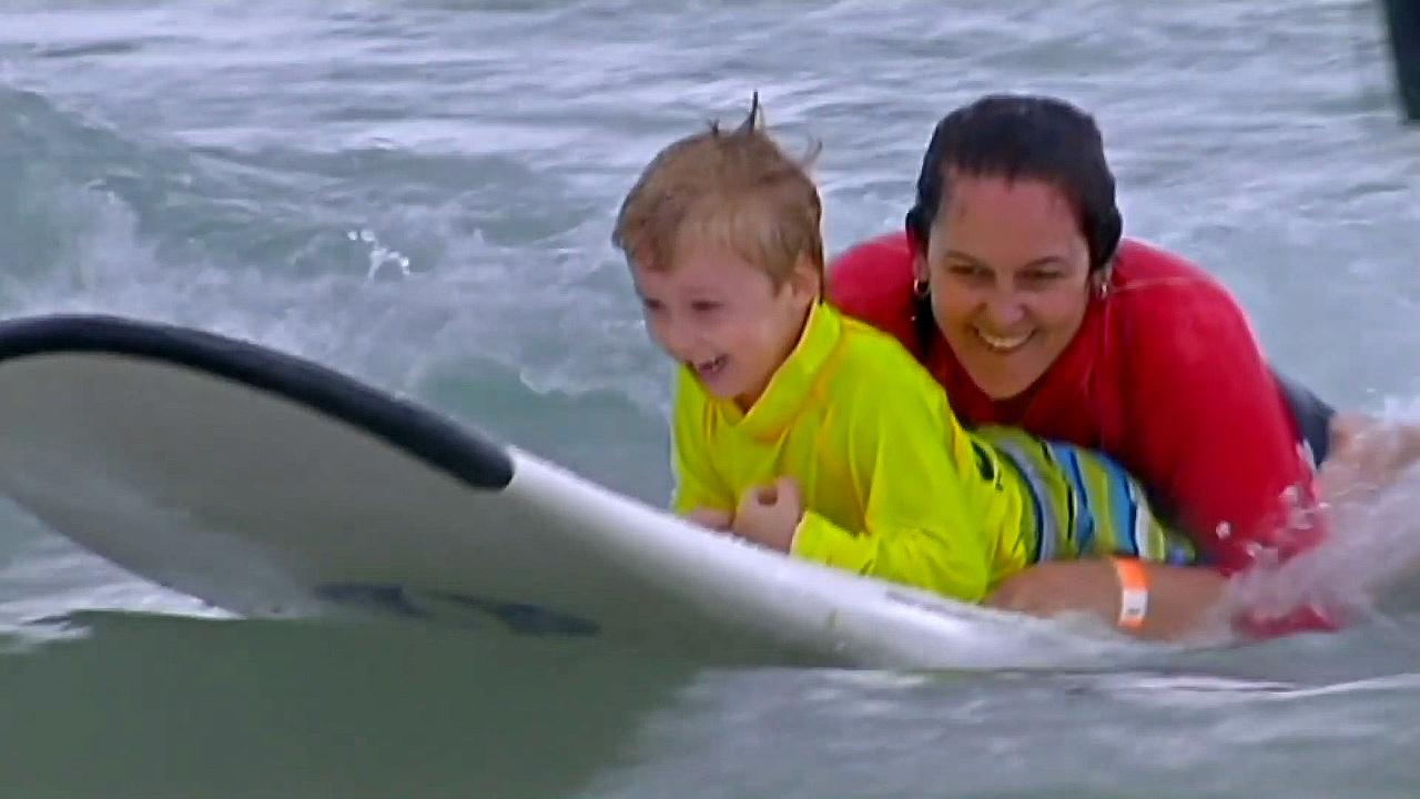 Волонтёры помогли детям-инвалидам заняться сёрфингом