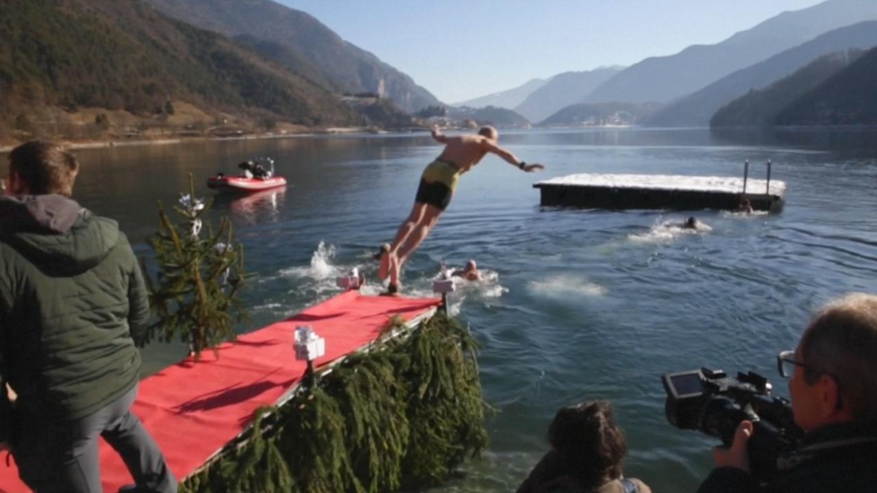 Итальянцы искупались в ледяном озере ради удовольствия
