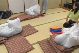 В Японии используют пеленание для взрослых