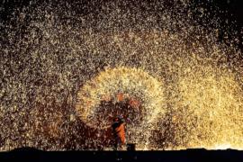 Салют из расплавленного металла – популярное шоу в Китае