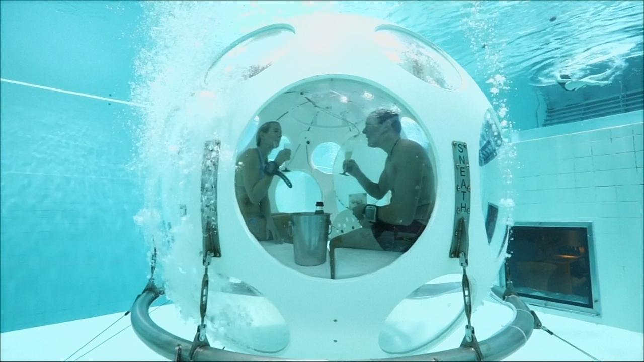 Подводный ресторан открыли в бассейне для дайвинга