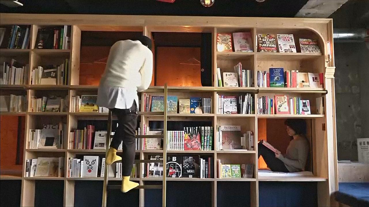 Полежать среди книжных полок предлагают в отеле Токио
