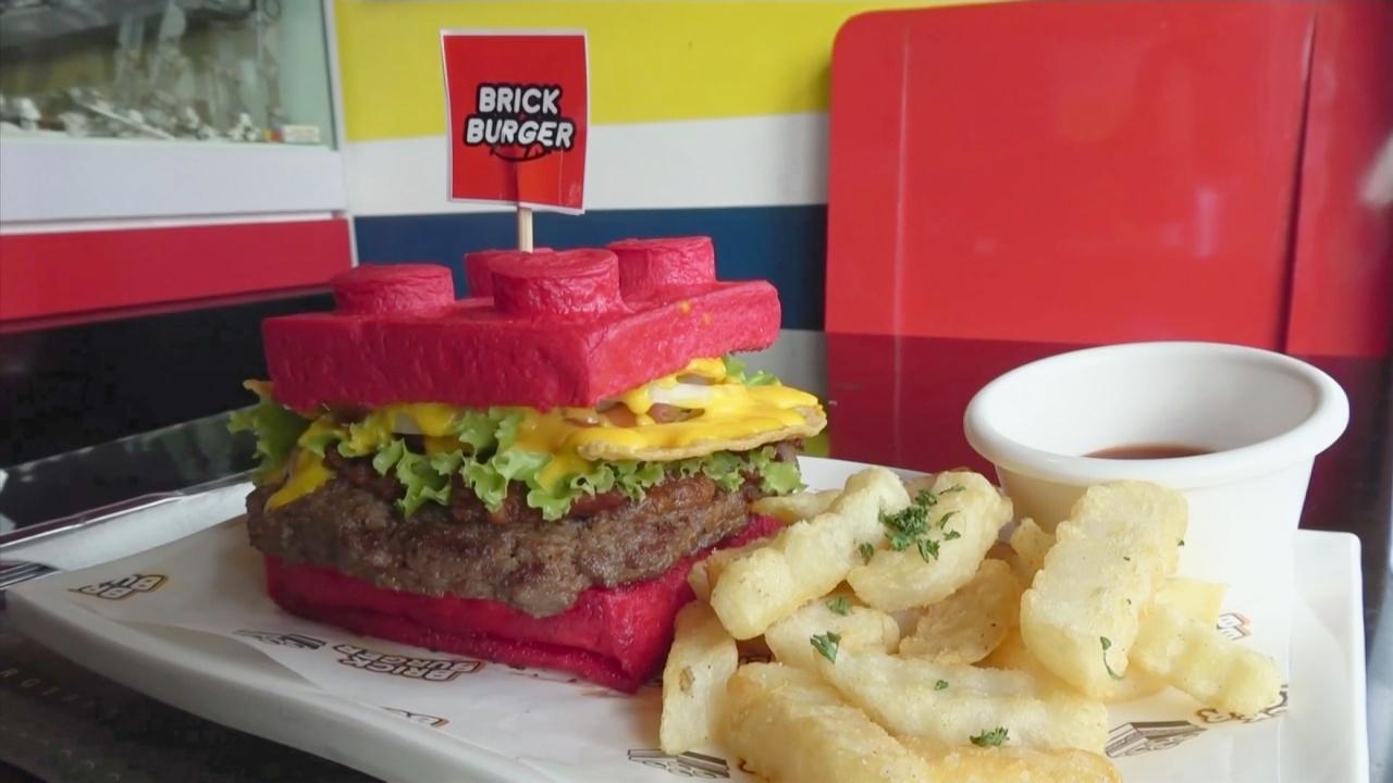 Гамбургеры в форме Лего подают в филиппинском ресторане