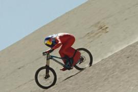 Велосипедист съехал с горы в пустыне с рекордной скоростью