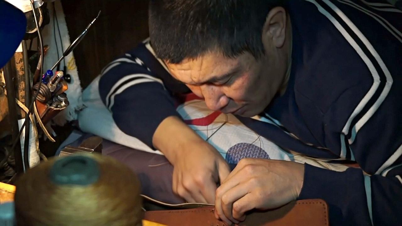 Кыргыз-инвалид стал популярным, продавая свои изделия через Интернет