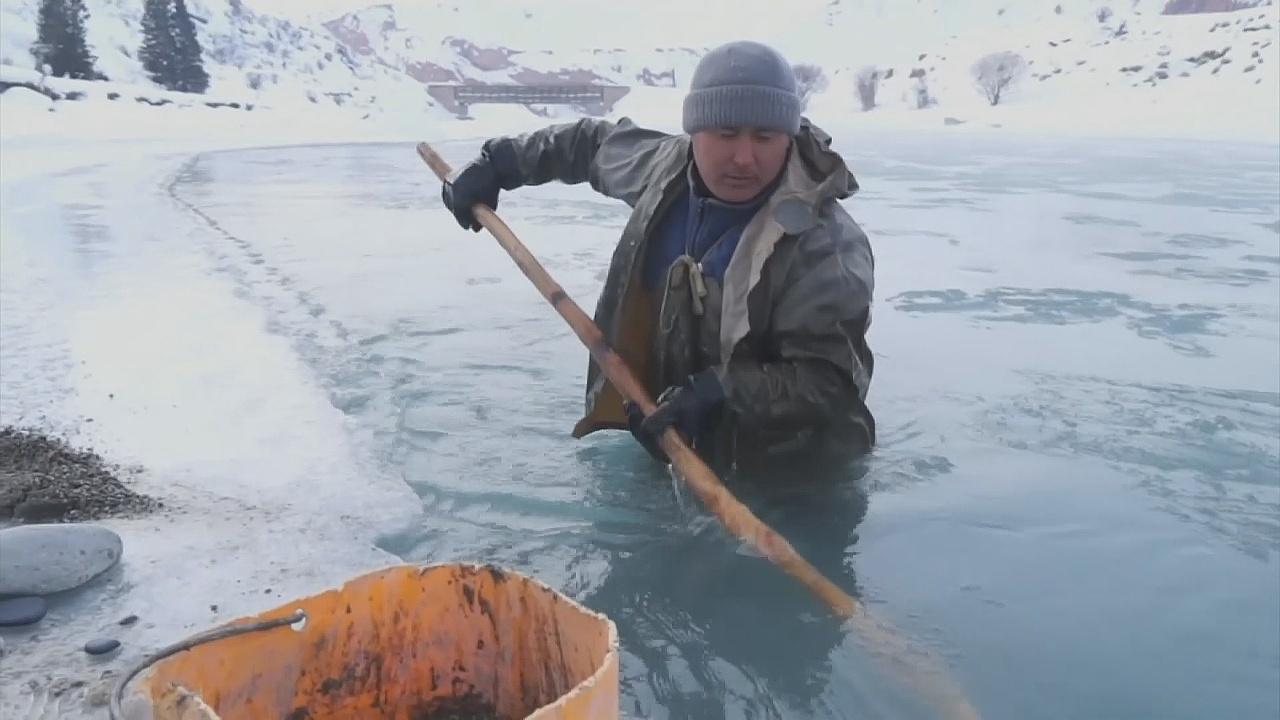Кыргызы добывают золото на реке в 40-градусные морозы