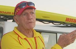 80-летний спасатель работает на пляже в Австралии