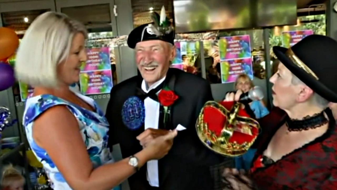 Австралиец отметил 100-летний юбилей в окружении 100 женщин