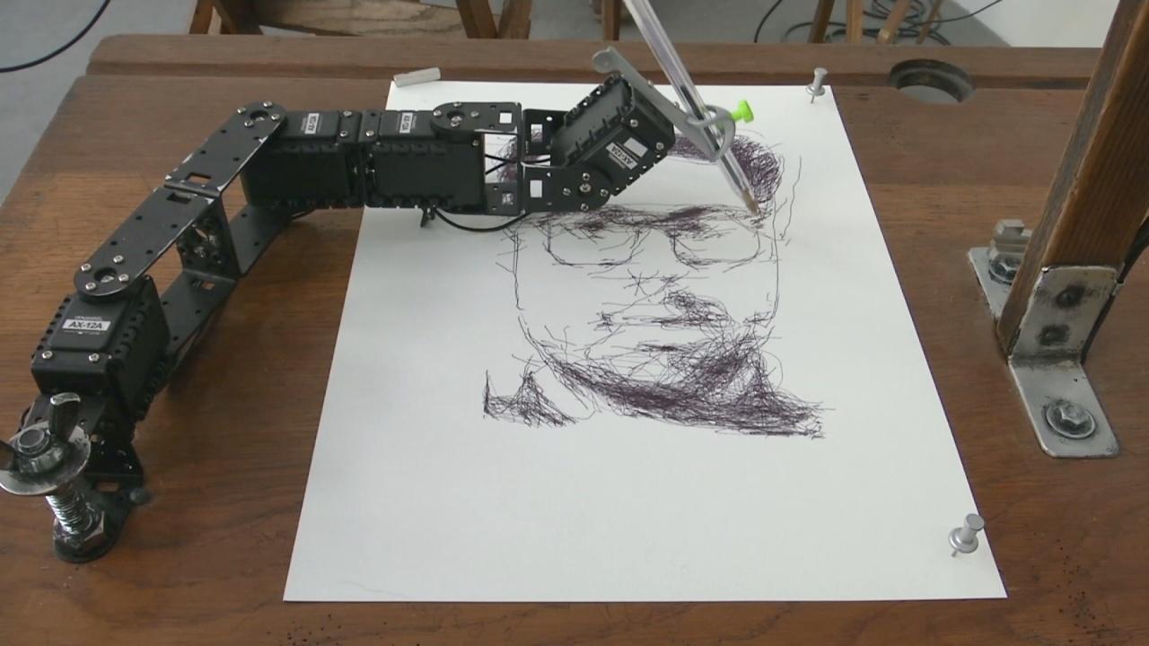 Роботы рисуют портреты людей на выставке в Берлине