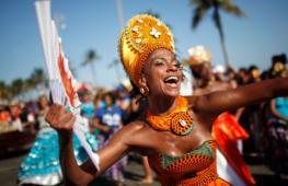 Парад школ самбы проходит в Рио-де-Жанейро